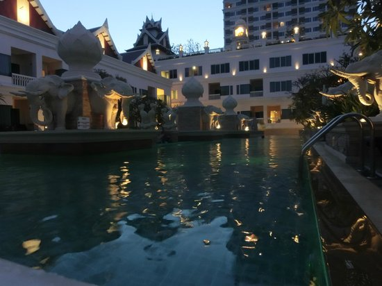 Grand Pacific Sovereign Resort & Spa:                   piscine