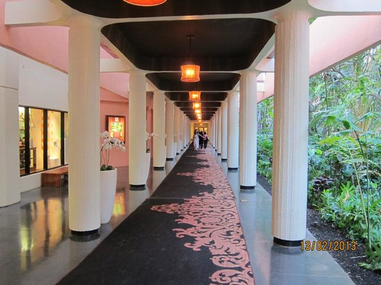 The Royal Hawaiian, a Luxury Collection Resort: Corridor leading to new wing