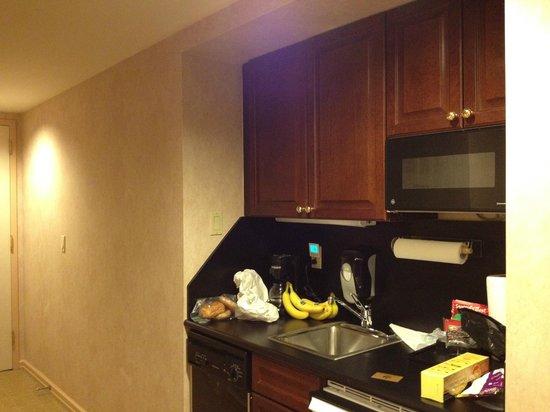 ذا مانهاتن كلوب: Kitchenette.  No stove.  Only microwave and fridge.  No toaster either.