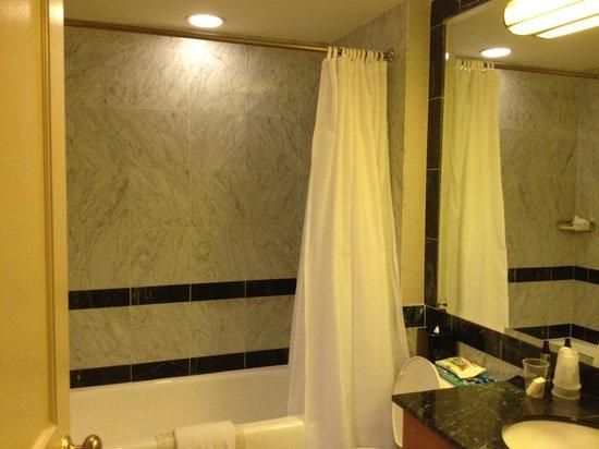 ذا مانهاتن كلوب: Master bathroom