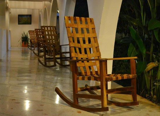 Hotel Chichen Itza: mecedora en puerta de habitaciòn con vista al parque
