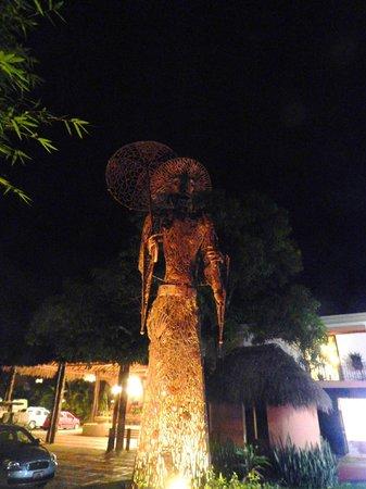 Hotel Chichen Itza: Katrina que recibe a los huéspedes desde su majestuosidad