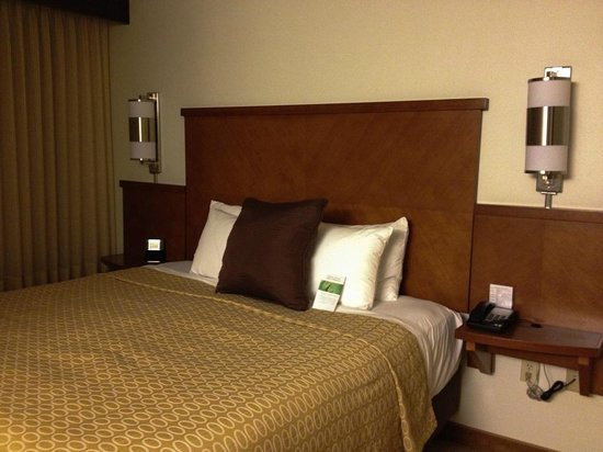 Hyatt Place Denver Airport: a comfortable bed with nice bed linens