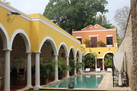 Hotel Hacienda VIP:                   Alberca y galería para desayunar