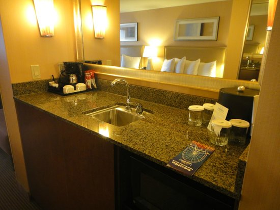 Silver Cloud Hotel - Seattle Stadium:                   Sink and mini bar