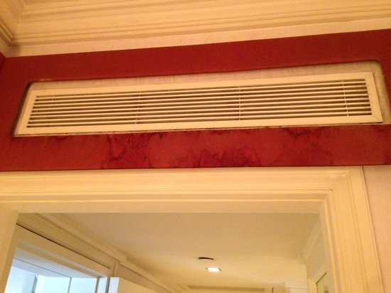 Mandarin Oriental, Singapore:                   Dirty AC Vent In Our Suite - Bedroom