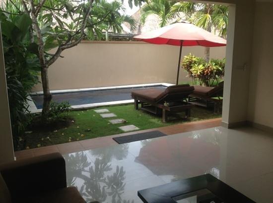 Bali Yubi Villa: Villa 7 - vue de la piscine depuis le salon