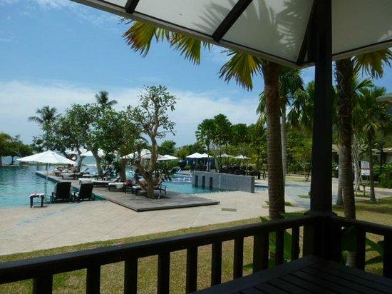 เดอะ ดันนา ลังกาวี มาเลเซีย:                   レストランからプールを臨む