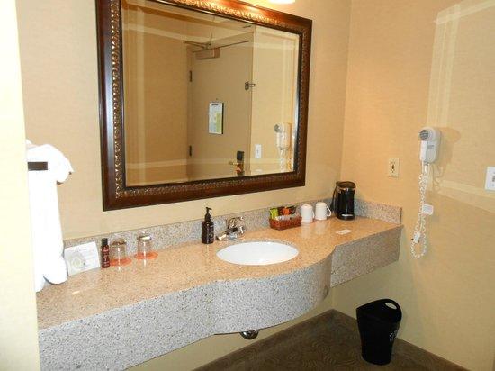 Oxford Suites Portland - Jantzen Beach:                   large vanity