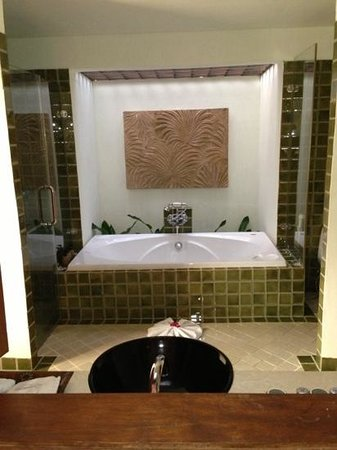 Fair House Villas & Spa:                   bath in grand villa