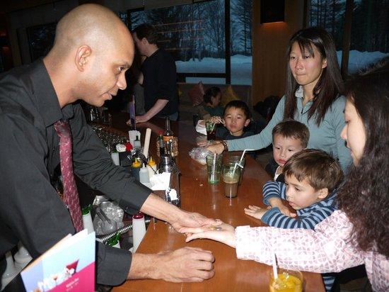 Club Med Sahoro Hokkaido:                   Manu du bar et ses tours de magie