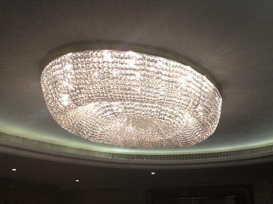 โรงแรมลอนดอน ฮิลตัน ออน พาร์ค เลน:                                                       one of the chandiliers at the Hilton Park