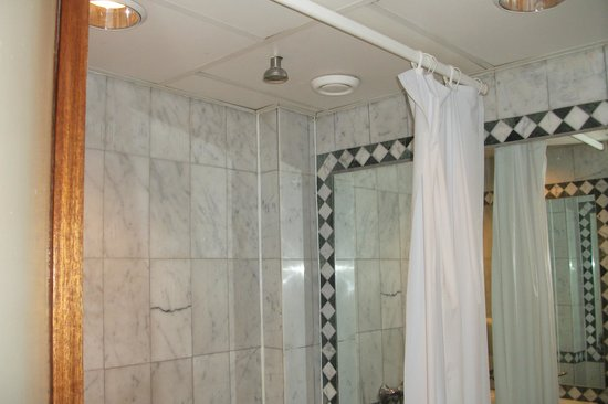 Rembrandtplein Hotel: Shower in ceiling