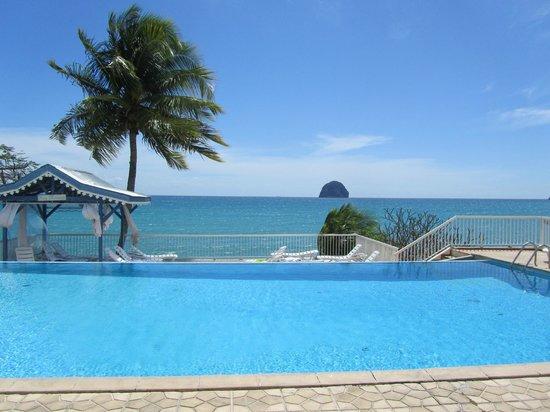 Diamant Beach: vue de la piscine de l hôtel