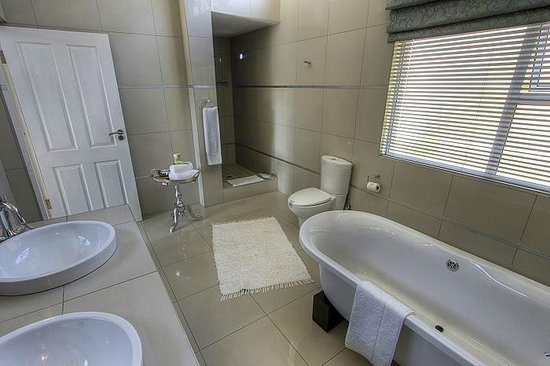 Leaves Signature Guest House: Luxury Bathroom