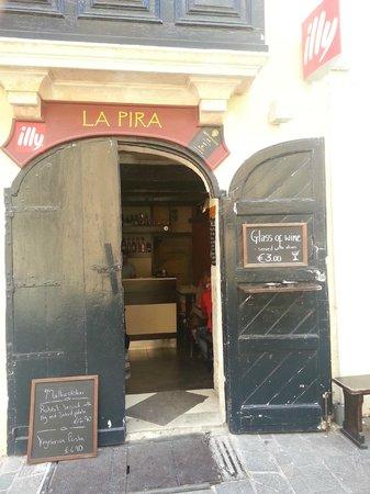 La Pira:                   Entrada al local