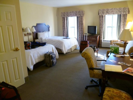 Hampton Inn & Suites Savannah Historic District:                   lovley big rooms