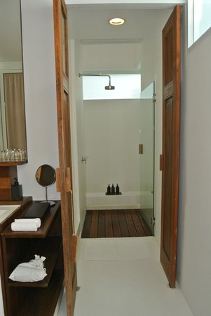 Putahracsa Hua Hin: Facing the shower