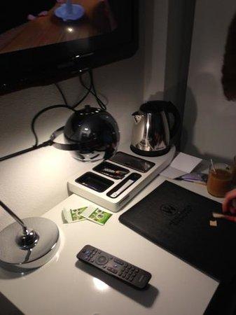Hotel Vossius Vondelpark:                   very cute desk!