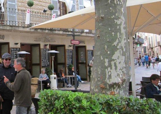 Cafe Soller fungerar tidvis även som konstgalleri.