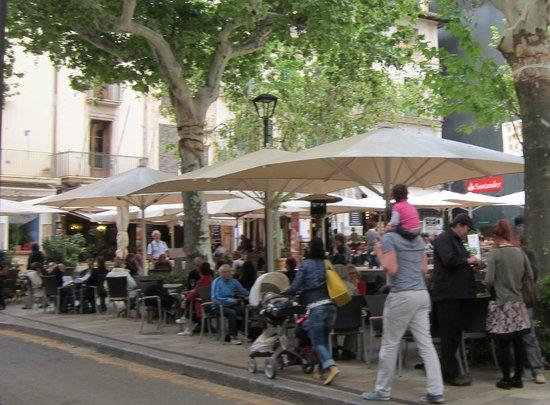 """Cafe Soller:                   Uteserveringen ligger på andra sidan av en (nästan) trafikfri gata """"mitt på to"""
