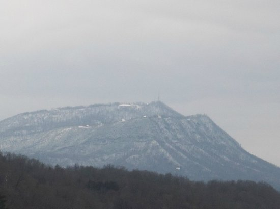 Holiday Inn Express & Suites Pigeon Forge - Sevierville: Only one mountain of many covered in snow.