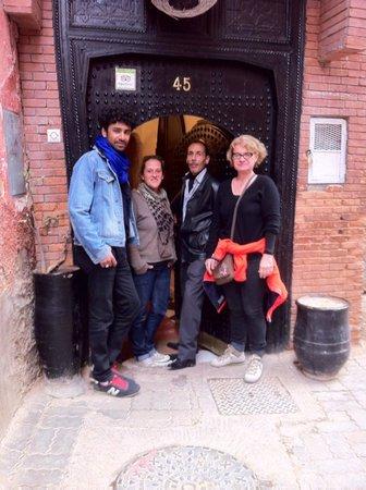 A la Porte du Riad Nejma Lounge Marrakech avec Barbara et Ab