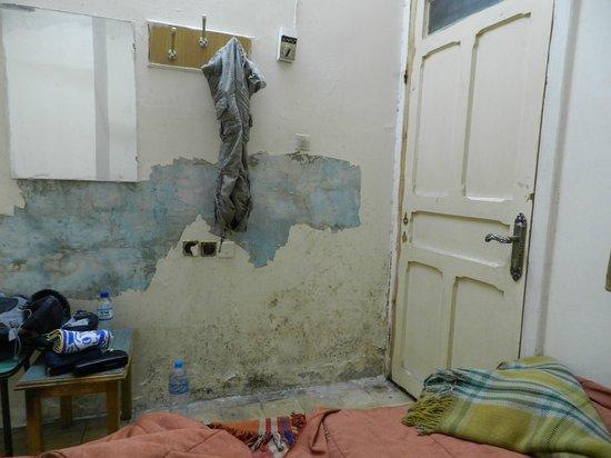 Mansour:                   室内はボロボロ