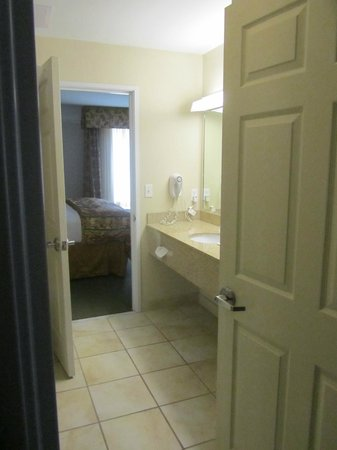 La Quinta Inn & Suites Ruidoso Downs:                   Sink and door between entrance and bedroom through the bathroom