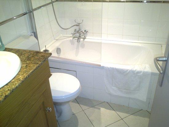 Hotel New Solarium :                   Tiny Bathroom
