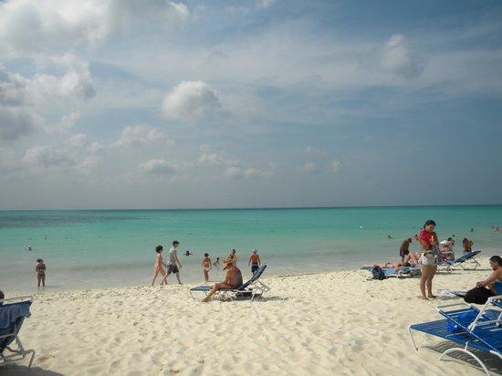 ลา คาบานา บีช แอนด์ แร็คเกต คลับ:                                     A view of the beach mid day on 2- 28- 13