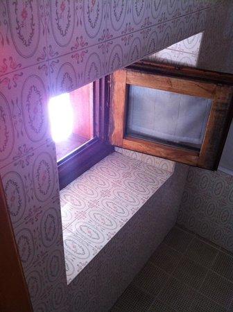 Hotel Teola:                   finestra bagno