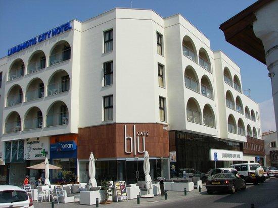 Livadhiotis City Hotel:                   Hotellet med hjørnecafeen