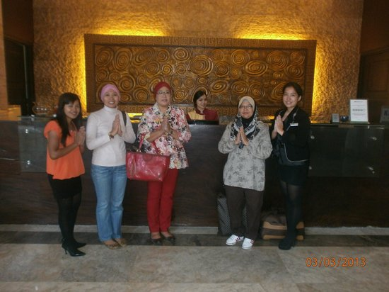 Gino Feruci Kebonjati Bandung:                                     special pose with the front office staff before leave Carrca