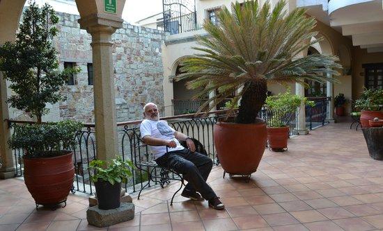Hotel CasAntica:                   verde y luz