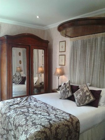 Kilkenny River Court Hotel:                   Earl of Ormonde suite