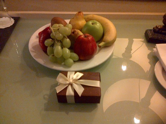 London Bridge Hotel: Fruit Bowl and Chocolates in Room