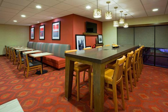 Hampton Inn Rockford: Breakfast Area