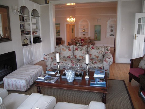Ocean Eleven Guesthouse: Colonial style lounge