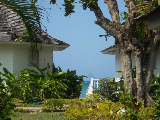 Royal Decameron Club Caribbean:                   Vue sur mer entre deux bungalows