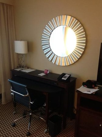 Crowne Plaza Boston Woburn: desk