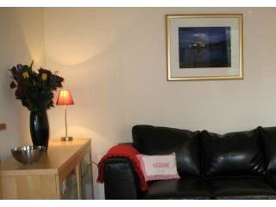 Atholl Brae Royal Mile: A welcoming lounge with a comfortable leather settee