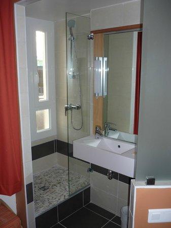 Salle de bain ouverte picture of ibis montpellier centre for Salle de bain ouverte