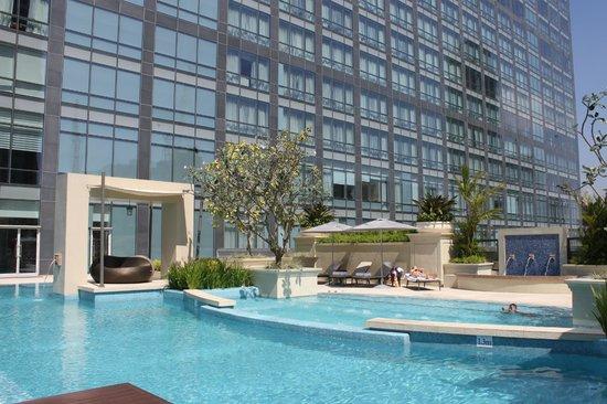 Raffles Makati: hotel pool