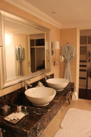 Raffles Makati: divine bathroom