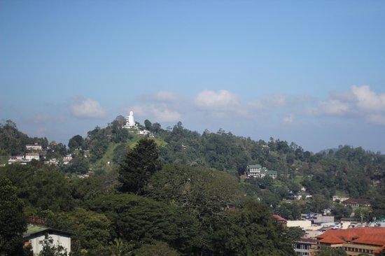โรงแรมเอิร์ล รีเจนซี่: View out over Kandy