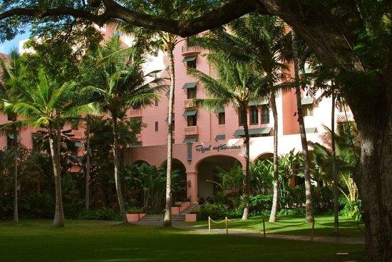 The Royal Hawaiian, a Luxury Collection Resort:                   裏庭からのピンクパレス
