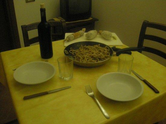 Nonna Rana Holidays Apartments: la nostra cenetta con strangozzi al tartufo, salumi e vino gentilmente offerto dai gestori!