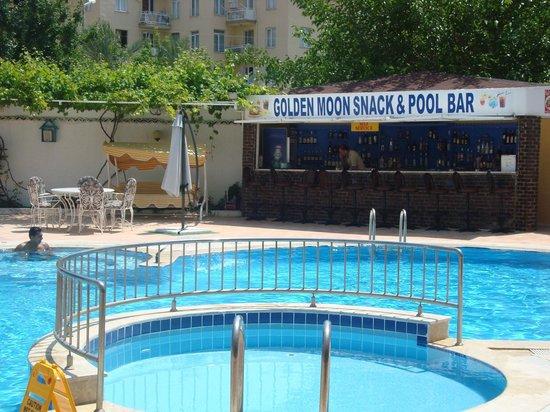 Golden Moon Apart Hotel: pool bar