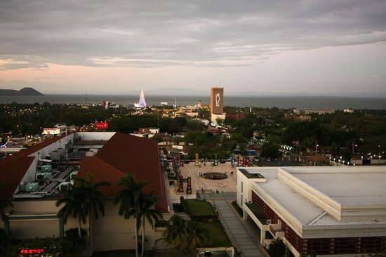 Crowne Plaza Hotel Managua: View from rooftop deck.